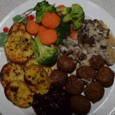 Soyabullar med svampsås, ugnsrostad potatis, lingonsylt och grönsaker.