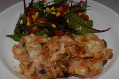 Lasagne med soyafärs, rivna morötter och svamp.